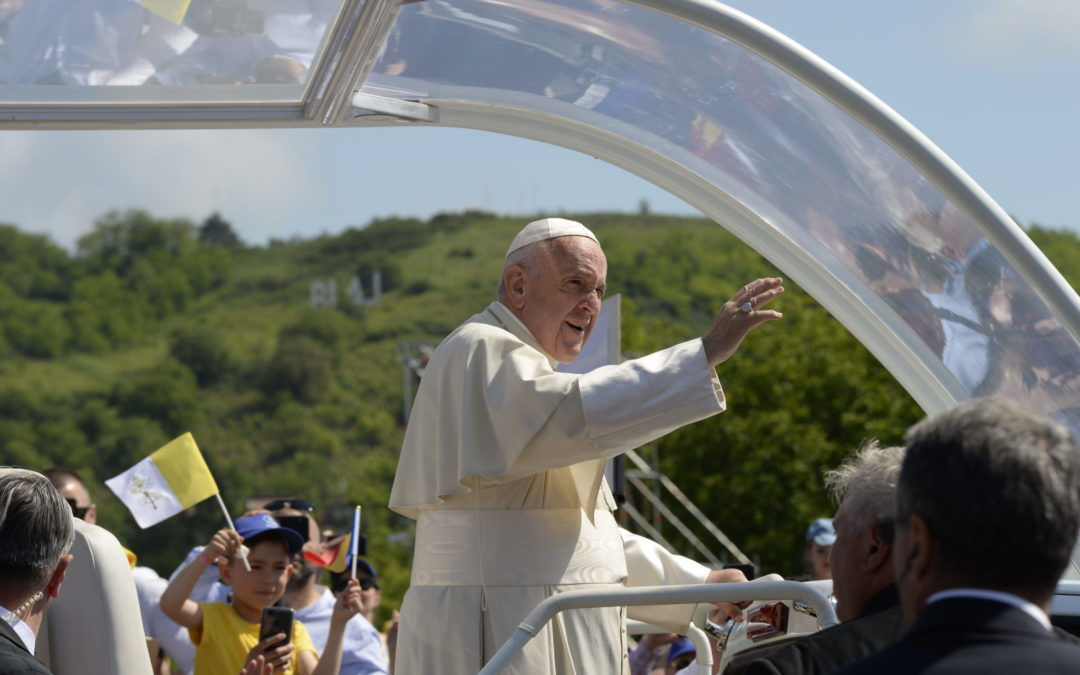 European Scouts welcome Pope Francis in Romania